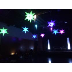 Decoracions amb estels i cons il·luminats