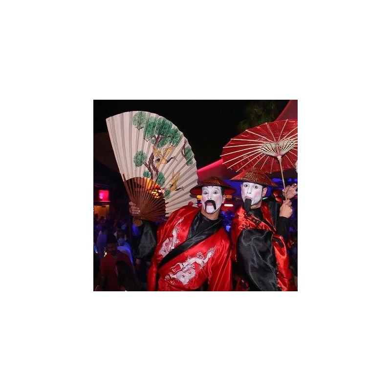 Personajes de temática china en zancos