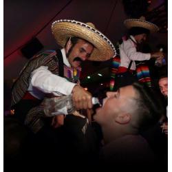 Méxicanos en zancos